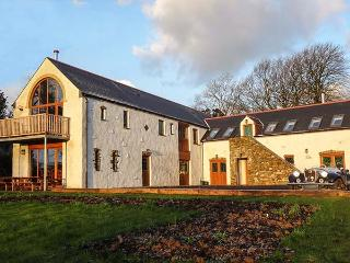 FOUR-ACRES BARN, woodburner, WiFi, balcony, wet room, character cottage near Narberth, Ref. 25935