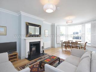 Elegant and naturally light 2 bedroom apartment with great outdoor space- Kensington, Londra