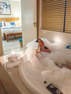 Honeysuckle King with jacuzzi and shower en suite