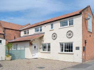 The Old Coach House, 3 mins to Beach & Town. Offstreet parking for 2. Quiet lane