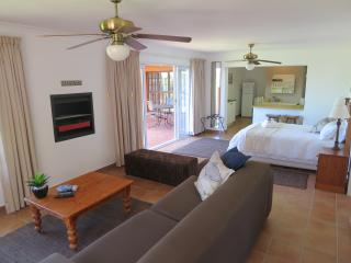 Penguin Blue - Dolphin Self-Catering Apartment, Simon's Town