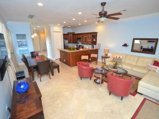 5 Star Heated Pool Home + Roof Ter 1 Blk to Beach!, Fort Lauderdale