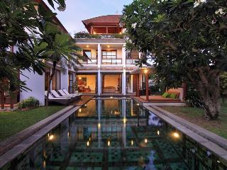 Mary Beach 4BR +Car+Driver, Canggu