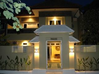 KUTA 6 Bed Villa - Breakfast Daily - Heart Kuta - SLeeps 18  - ri
