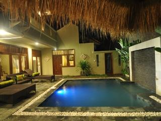 KUTA - 4 bedrooms - 4 bath - Breakfast daily - mic, Kuta