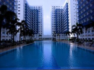 Holiday Condo In MOA Complex with balcony
