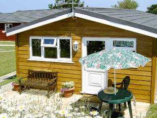 LITTLE OAK, all ground floor, off road parking, patio garden, in Padstow, Ref 920238, St Merryn