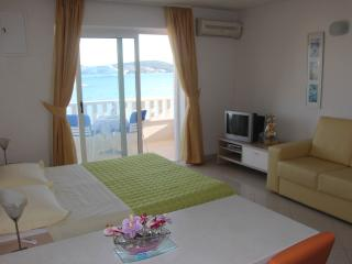 Studio apartment Amor with sea view, Donji Seget