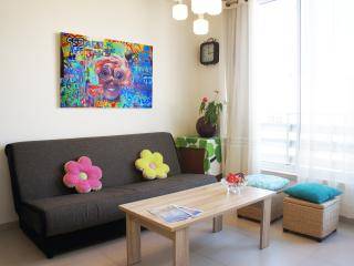 New & Central, 2BR, 3min to Beach w/ Parking, Tel Aviv