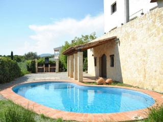 Delightful Villanueva casa for 16 guests only 30 minutes from Mediterranean beaches!, Cardedeu