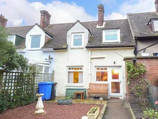 3 ST CUTHBERT'S GARTH, pet-friendly, seaside cottage, king-size bedrooms, enclosed garden, in Bamburgh, Ref 919425
