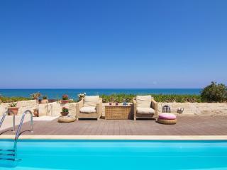 Beachfront Iris House, 1klm Form the City Center!, Rethymnon
