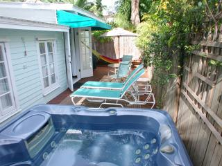 Key West Seashell Cottage-1 block to Duval, spa, Cayo Hueso (Key West)