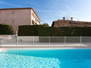 Sunny modern studio on the Cote d'Azur, French Riviera with balcony and pool, Cagnes-sur-Mer