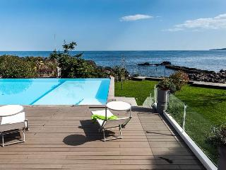 Romantic house by the sea and with shared pool, Stazzo