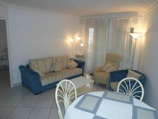 Ideal location air con 1 bed apt 500m from beach