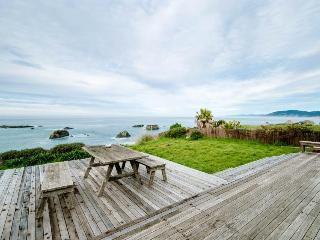 Dog-friendly home w/ocean views right outside your windows & a private hot tub!, Westport