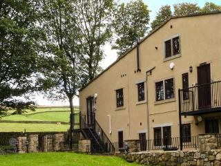 THE GRANGE, first floor apartment, en-suite, pet-friendly, countryside views, near Haworth, Ref 918105