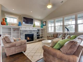 Modern home w/private hot tub, ocean views & telescope! Walk to beach & eateries, Cannon Beach
