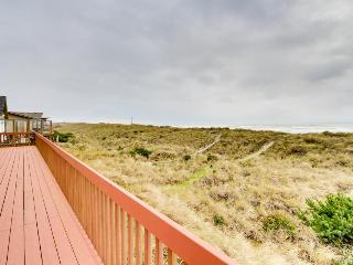 Dog-friendly, oceanfront home w/ jetted tub + pool access!, Waldport