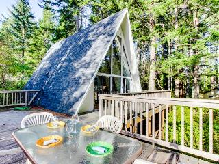 Expansive deck w/hot tub & dock on Woahink Lake - sleeps 6!, Florence