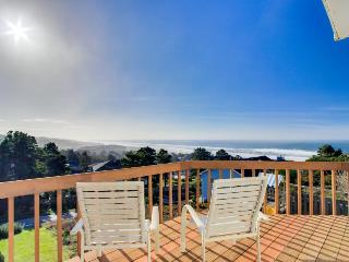 Dog-friendly w/ gorgeous ocean views, private hot tub, on-site golf, great deck!, Lincoln City