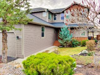 Private hot tub, shared pool access, bikes, and lovely golf course canyon views, Redmond