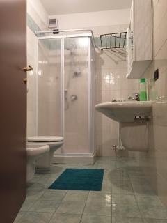 Toilette con pratico box doccia