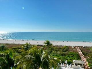 Beachfront condo w/ heated pool, hot tub & amazing view of Island, Marco Island