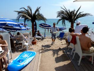 7 min walk palais/beach free wifi and car parking