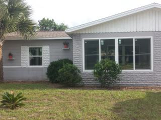 Great little beachside home!  Walk to beach!, Daytona Beach