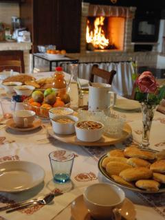 Cucina con camino dove servo la colazione nel periodo invernale