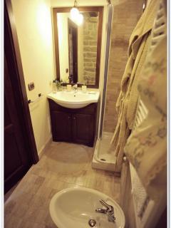 Particolare del bagno interno alla Camera Romantica con doccia
