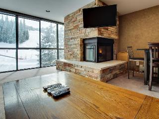 Ski-in/out upscale condo w/shared pool & hot tub!, Copper Mountain