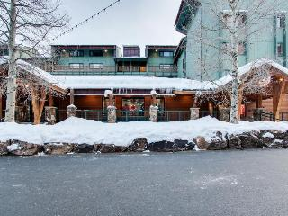 Ski-in / ski-out upscale condo with shared pool, mountain view - close to lifts