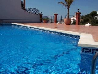 Andaluz Apartments - BUR01 - communal pool - Wifi - air con - parking - 4 sleeps, Nerja