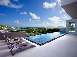 EMVIE... Contemporary 3 BR Beauty overlooking Orient Bay, Full AC, Gym, Jacuzzi,