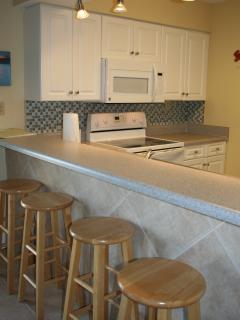 Breakfast bar with additional 4 bar stools for seating