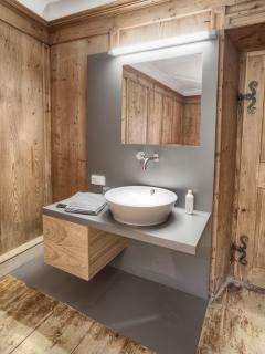 Alle Schlafzimmer sind mit Waschtisch, großem Spiegel und Ablage ausgestattet