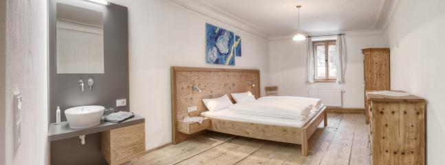 Schlafzimmer mit Doppelbett, Lerchenholzboden und Stukatur an der Decke 17.Jhd