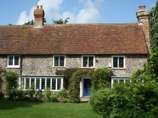 Walnut Tree House-Old Farmhouse in Village Centre