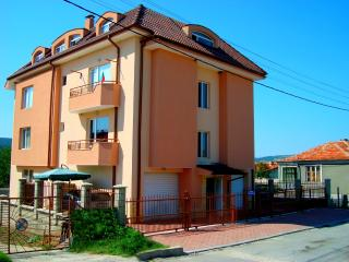 Apartment  (2 rooms) , pool, free garage, WiFi