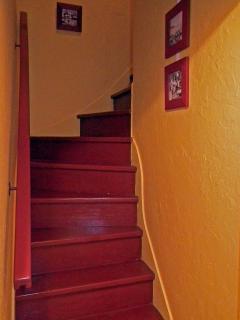 L'escalier desservant la deuxième chambre - 2 lits 90 cm et un lit pliant bébé