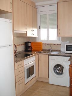cocina (frigo combi, lavadora, microondas, cafetera, menaje...)