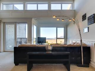Elegant, oceanfront condo with extraordinary views - dogs welcome!, Rockaway Beach