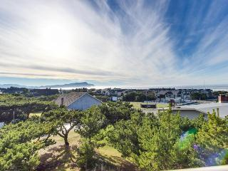 Play golf, then relax at the pool and hot tub at this oceanview condo!, Gearhart