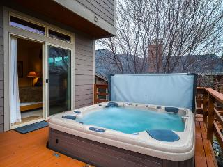 Enjoy private hot tub, shared pool, expansive deck w/views of Ridge Golf Course!