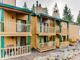Cozy condo with shared pool, hot tub, sauna and loft, 1 mile from Kings Beach!, Tahoe Vista