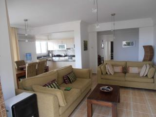 Condo/Apartment with 3 bedrooms, Alsancak - Karavas
