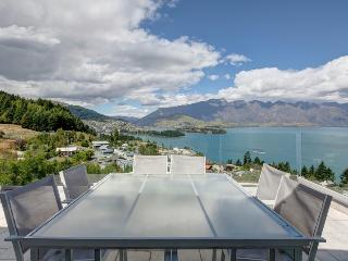 7UP Queenstown, Sleeps 14 in Luxury, Breathtaking Helicopter like Views, 6 Bdrm